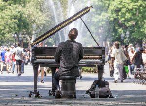 piano droit et un piano à queue
